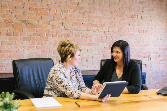 deux collaboratrices en finance